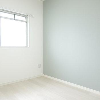 洋室は爽やかな淡青。 採光もしっかりされているので寝室に。