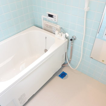 壁はタイルで少しレトロ感ありますが、 浴槽はゆったりとした新しいものに。