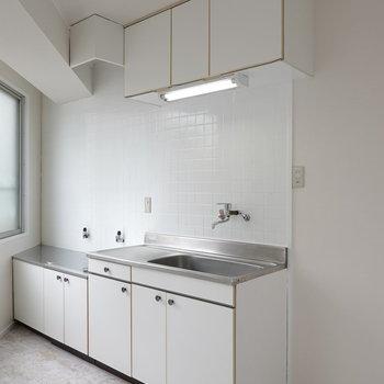 キッチンはレトロ感あり。冷蔵庫は右のスペースに。