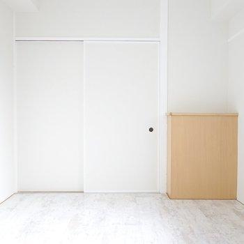 玄関側を見ると、このお部屋唯一の木材調の壁付け台が!写真など小物を置いて飾りましょう。