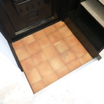 タイル床と正方形が組み合わさリ、かわいさが溢れてます。