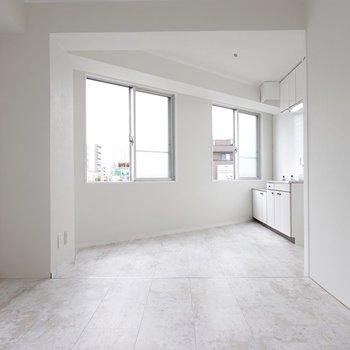 白い内装なので、木材で温かみをもたせるか、金属質な素材でクールに抑えるか迷う。