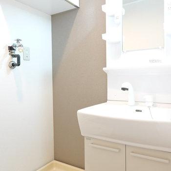 洗面台と洗濯機置き場のセット。頭上の棚が便利に使えそう!