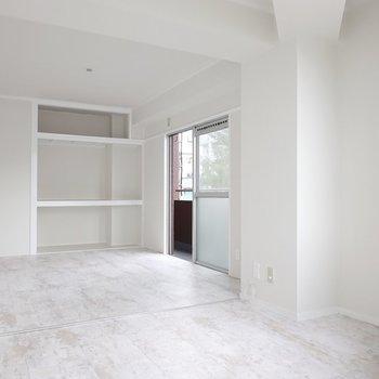 キッチン側から見ると、縦に広いお部屋であることがよく分かりますね。