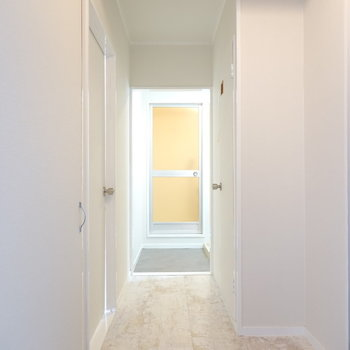 玄関側から洗面所へと繋がる廊下。