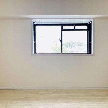 真ん中の洋室にも小窓が
