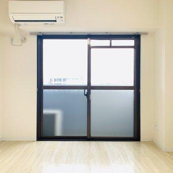 玄関近くの洋室はこんな感じ!こちらにもベランダが