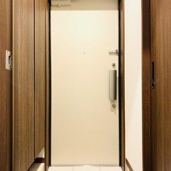 ブラウンの渋さとアイボリーの扉がマッチ♪