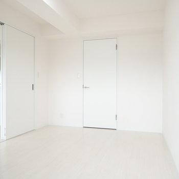 洋室。あの扉は収納です。