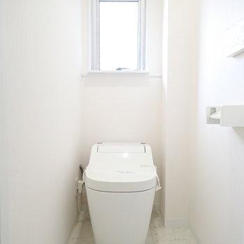 トイレも白くて清潔な印象。窓多いなあ。