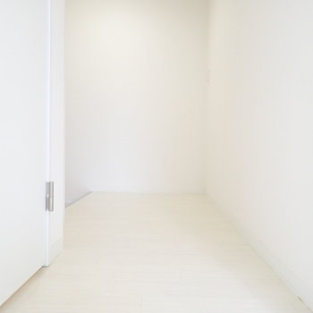 玄関前はスペースがあるので収納を置いてもいいですね。