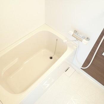 木調と白のバスルームは落ち着きます。
