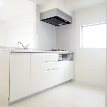 キッチン周りはゆとりがあります。窓もあって◎