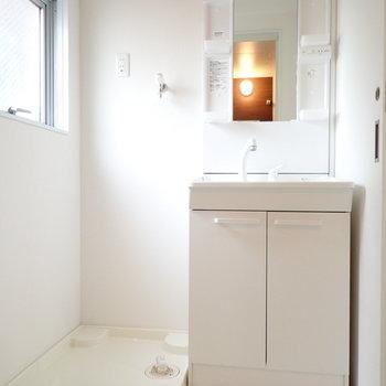 洗面台と洗濯機はぴったりくっついて。