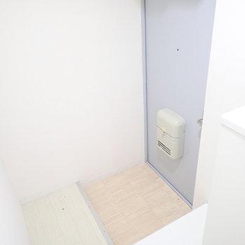 玄関横には白い台が。いつも履く靴はここに。