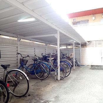 駐輪場は玄関前です。