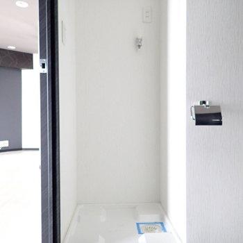 洗濯機は扉の横に。
