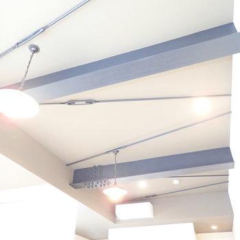 天井です。無骨さを、ランプがうまく柔らかくしています。