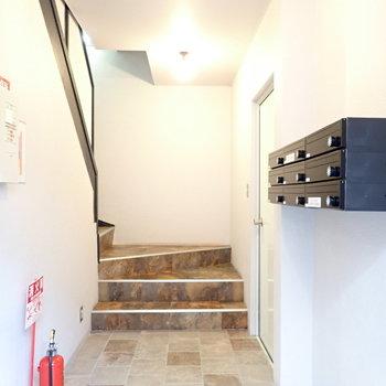 メールボックスはエントランスです。階段です。
