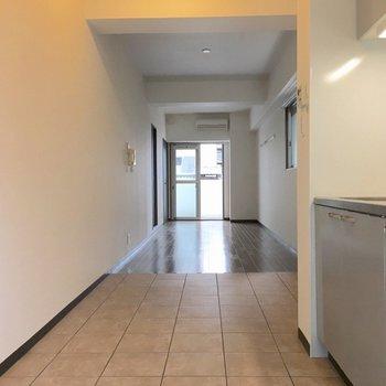 玄関側からお部屋を見るとこう。 (※写真は3階の同間取り別部屋のものです)
