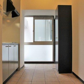 キッチンは玄関入ってすぐのところ。 (※写真は3階の同間取り別部屋のものです)