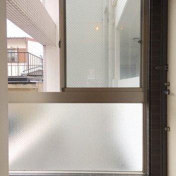 玄関には大きな窓! (※写真は3階の反転間取り別部屋のものです)