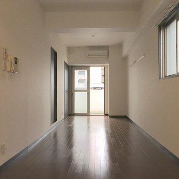 玄関側からお部屋を見るとこう。(※写真は3階の反転間取り別部屋のものです)