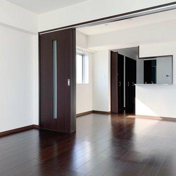 仕切りはドアでなく、引き戸なのでスペース広く使えます◯