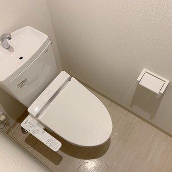 ウォシュレット付きのトイレ。上に棚も付いてますよ◎