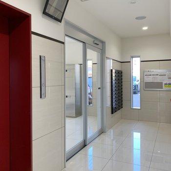 安心のモニター付きエレベーターです◎
