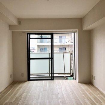 リビングから続く洋室にはソファを置いてくつろぎスペースに!