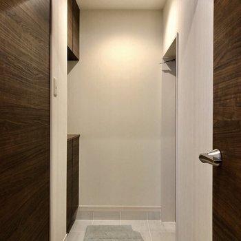 白と茶色で洗練された玄関周り!