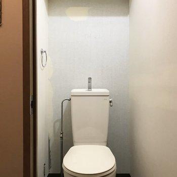 上部の棚でトイレットペーパーやお掃除道具もしっかり入ります