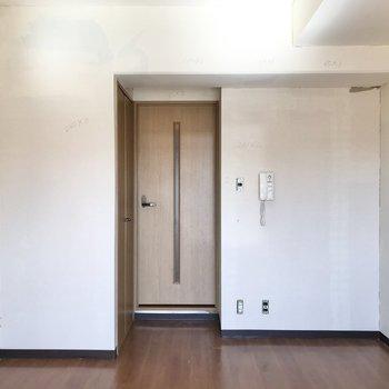 扉の右側にリラックスチェアを置いて本をよみたいな〜