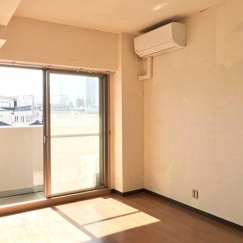 右側の壁にはテレビが置けますね