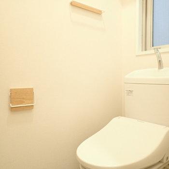 トイレも新たに設置!タオルハンガーも木製のものへ変更!