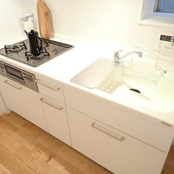 キッチンの天板は人工大理石を使用!汚れも目立たなくて掃除が捗りますね。 ※家具はモデルルーム仕様