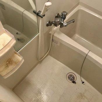 浴室。広さもまずまず※写真は1階の反転間取りの別部屋のもの、クリーニング前のお部屋です。