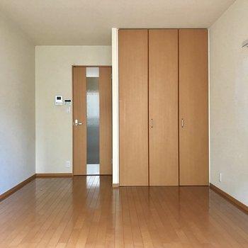 クローゼットを閉じるとこのように ※写真は1階の反転間取りの別部屋のもの、クリーニング前のお部屋です。