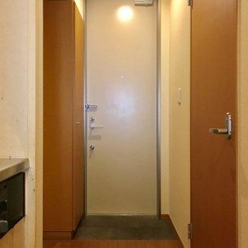 玄関へ ※写真は1階の反転間取りの別部屋のもの、クリーニング前のお部屋です。