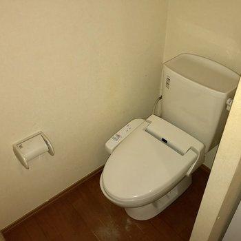 サニタリーへ。お手洗いはウォシュレット付き ※写真は1階の反転間取りの別部屋のもの、クリーニング前のお部屋です。