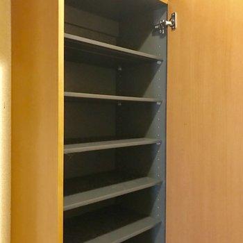 シューズボックス。上段はスタンダードなタイプですが… ※写真は1階の反転間取りの別部屋のもの、クリーニング前のお部屋です。