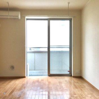 ベッドを置くなら左側かな。※写真は1階の反転間取りの別部屋のもの、クリーニング前のお部屋です。