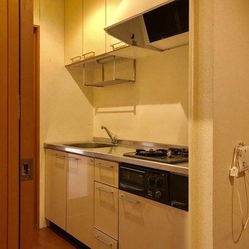 お部屋を出てキッチンへ ※※写真は1階の反転間取りの別部屋のもの、クリーニング前のお部屋です。