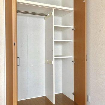 クローゼットの奥行きはこんな感じ ※写真は1階の反転間取りの別部屋のもの、クリーニング前のお部屋です。