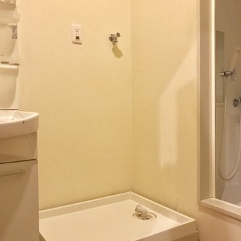 となりに洗濯機置き場※写真は1階の反転間取りの別部屋のもの、クリーニング前のお部屋です。