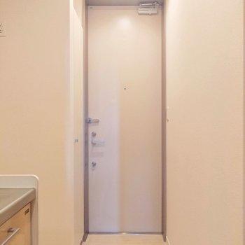 ペールホワイトが柔らかい雰囲気の玄関にしています。