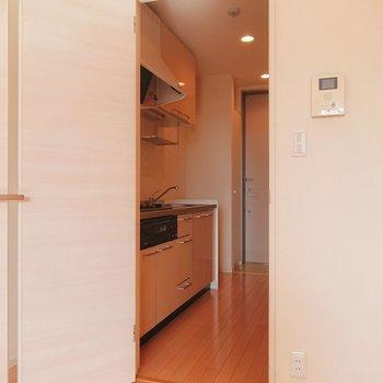 扉を開けて、キッチンへ。