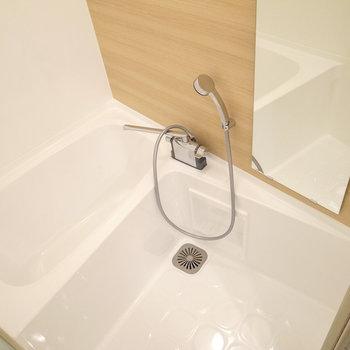 お風呂も真っ白でぴっかぴか!