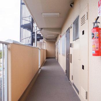 共有部】大通りに面した廊下。昔ながらのなつかしい空気が漂っています。